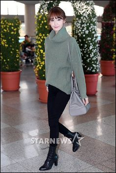SNSD Yoona wearing an oversized military green turtleneck sweater with black skinny pants and lace up boots. Love how she kept this look casual and elegant with her updo hair. I also want her gray leather bag.