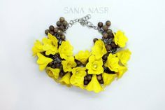 Bracelet with a steel chain. Decorate with wooden logs and yellow flowers made by hand in polymer paste Boutique Etsy, Wreaths, Drop Earrings, Halloween, Bracelets, Jewelry, Decor, Yellow Flowers, Handmade Gifts