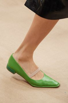 Tod's Spring 2020 Ready-to-Wear Fashion Show Tod's Spring 2020 Ready-to-Wear Collection - Vogue News Fashion, Fashion Shoes, Ladies Fashion, Fashion Fashion, Winter Fashion, Fashion Dresses, Fab Shoes, Me Too Shoes, Women's Shoes
