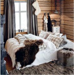Cozy cabin bedroom Image Via: My Paradissi Cozy Cabin, Cozy House, Cozy Cottage, Cottage Living, Living Room, Cabana, Winter Bedroom Decor, Winter Bedding, Cabin Interiors