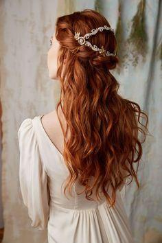 roux cuivré, robe de mariée en champagne avec manches longues, coiffure cheveux mi attachés en orange
