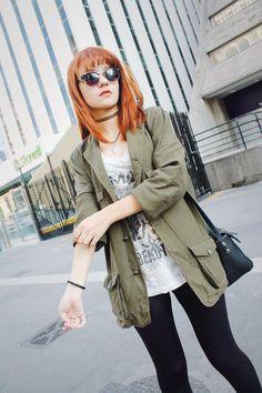Escolhi usar essa jaqueta sarja verde para combinar com a legging e as botas pretas, e para dar mais contraste uma blusinha regata branca com estampas pretas por baixo, uma bolsa tiracolo e óculos de sol também não podem faltar nesse look né. Essa jaqueta combina muito bem com peças de cores neutras e de cores que contrastam. Gosto dessa jaqueta sarja verde porque ela combina e da um contraste lindo com o meu cabelo ruivo!