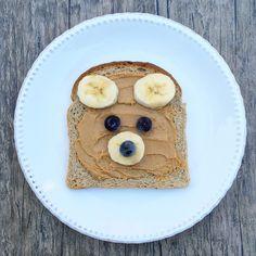 Snack time! Este es uno de mis combos favoritos: mantequilla de maní casera + plátano! Cuando crezca Pedrito le voy a hacer tantos platos entretenidos y saludables :) Más ideas y recetas saludables en http://www.savitari.com #snack #healthy #kids #meal #saludable #fit #recetas #pb #peanutbutter #niños #comida