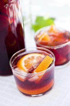 Sangria är den spanska klassiska vindrinken alla älskar. Helt klart en av sommarens absoluta drycker! Fler mumsiga recept på sangria hittar du här!