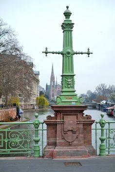 """Im Hintergrund die evanglische Kirche St. Paul in Straßburg • Eglise protestante Saint-Paul Strasbourg • aufgenommen auf einer der vielen Brücken, die über die Ill reichen und das """"Festland"""" mit der Altstadt von Straßburg verbinden."""