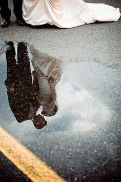 Bruidspaar in een plas water.