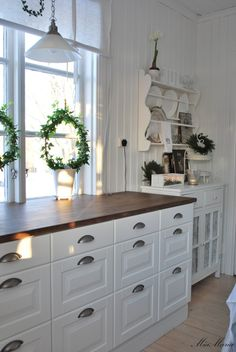 , love the two tone look Cottage Shabby Chic, Shabby Chic Kitchen, Kitchen Dining, Kitchen Decor, Kitchen Cabinets, Cozinha Shabby Chic, Country Kitchen Farmhouse, Scandinavian Living, Home And Deco