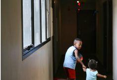 crianças no corredor