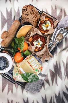 Winter Picnic for Two Picnic Food List, Healthy Picnic Foods, Picnic Menu, Picnic Snacks, Picnic Dinner, Fall Picnic, Picnic Time, Healthy Recipes, Picnic Ideas