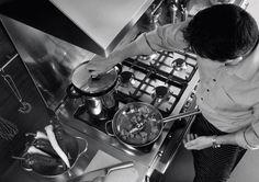Fogão X122 GMFE X em inox escovado, com 6 queimadores, grill de mesa, forno duplo ambos elétricos com TURBO e churrasqueiras, 121,6 cm X 64 cm (LxP). - Trempes da mesa em ferro gusa esmaltado extra robusto. #LIEBHERR #FOGAO #COZINHA