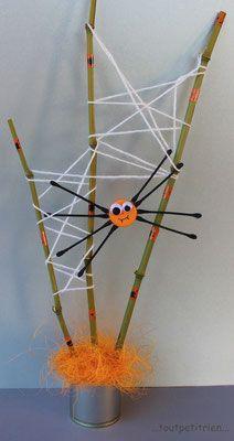 Araignée avec cotons tiges, bouchon orange, tiges de bambou, laine et masking tape. www.toutpetitrien.ch/bricos/ - fleurysylvie