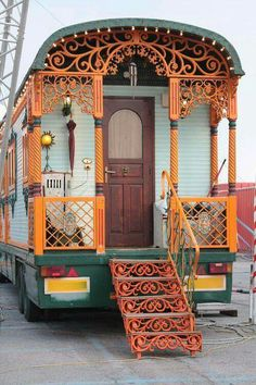 Caravan Gypsy Vardo Wagon: A roulotte. Gypsy Living, Tiny House Living, Bus Living, Living Room, Gypsy Home, Bus House, Deco Boheme, Bohemian Gypsy, Bohemian Style