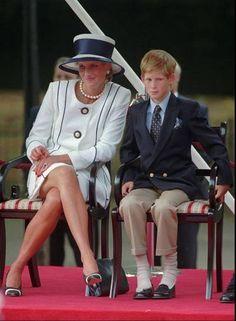 Foto tomada en agosto de 1995, Lady Di y su hijo Harry, en Londres. / AP Princess Diana Death, Princess Diana Photos, Prince Harry Photos, Princess Diana Fashion, Princess Diana Family, Prince Harry And Meghan, Prince And Princess, Princess Of Wales, Lady Diana Spencer