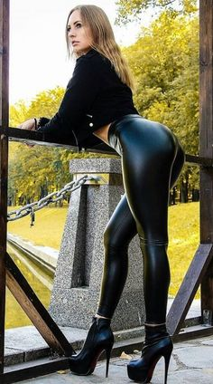 Shiny Leggings, Tight Leggings, Muscle Girl, Pernas Sexy, Modelos Fitness, Latex Pants, Leather Fashion, Sexy Outfits, Sexy Women