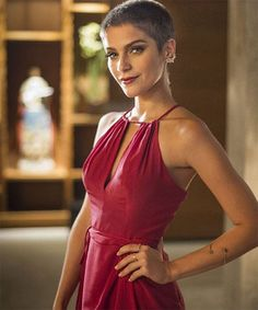A atriz Isabella Santoni raspou recentemente pra novela