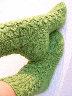 Wie eine Schlange schlingt sich ein kleines Zopfmuster durch diese Socken.