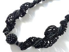 ブラックの螺旋編みボリュームロングネックレス