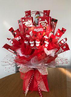 Homemade Bouquet, Candy Bouquet Diy, Gift Bouquet, Christmas Chocolate, Chocolate Gifts, Christmas Candy, Xmas, Candy Crafts, Diy Crafts For Gifts