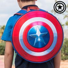 BRINQUEDOS E UTILIDADES PARA CRIANÇAS PRENDAS DE NATAL 24,11€ A partir de agora, os pequenos fãs do filme The Avengers podem regressar às aulas com a mochila escolar circular 3D Capitão América!  Relevo na parte da frente Fecho éclair, pega superior e duas alças ajustáveis na parte de trás Composição: 67 % poliéster, 33 % espuma vinílica acetinada Medidas aprox. (diâmetro x largura): 35 x 7 cm Limpeza com pano humedecido