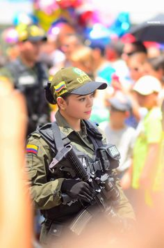 Colombian National Police, special forces operator of the GAULA anti-kidnapping unit. Military Girl, Military Police, Colombian Girls, National Police, Special Forces, Armed Forces, Sexy, Funny Pictures, Guns