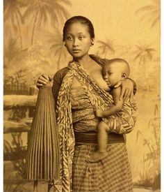 28 Beautiful Images Of Batik In Indonesian History Indonesian Women, Indonesian Art, Vintage Photographs, Vintage Photos, Arte Cholo, Breastfeeding Art, People Of The World, Doula, Mothers Love