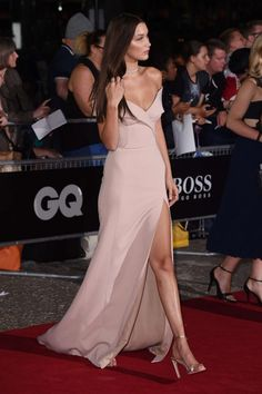 belle dans robe sexy fendue.jpg