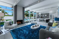 alfombra azul grande destaca en el salón