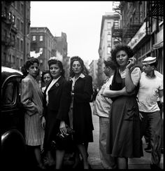 With a humanist and humorous gaze, Fred Stein took photos that provide a record of the everyday pageantry of 1940s New York and Paris between the world wars.