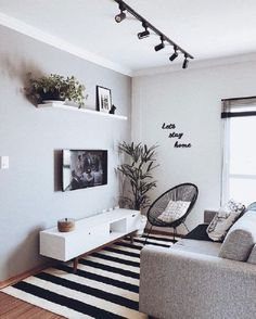 sala de casas minimalistas pequenas decorada em peto e branco com trilho de luz #casasminimalistas #casasminimalistasdecoração #casasminimalistasinteriores #LivingRoomTableLamps Small Apartment Living, Small Living Rooms, Home And Living, Living Room Designs, Tv Room Small, Living Room And Bedroom In One, Small Spaces, Modern Apartment Decor, Condo Living Room
