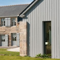 Risultati immagini per une pierre isolante pour les façades Grey Windows, House Windows, Composite Cladding, Houses In France, Tiny House Cabin, House Extensions, Architecture Plan, Minimalist Home, Exterior Paint
