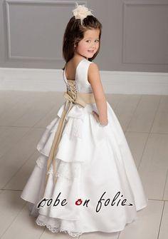 Robe de cortège enfant en satin blanc avec ceinture satiné et fermeture lacet