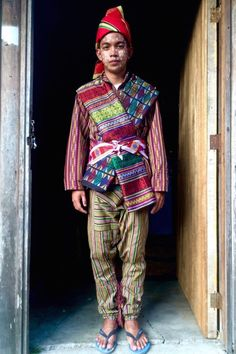 Textile Tribes of the Philippines: Yakan Weaving, Weddings and Wears - Haute Culture Textile Tours Tribal Costume, Folk Costume, Cultura Filipina, Zamboanga City, Philippines Culture, Philippines Dress, Filipino Tribal, Filipino Culture, Costumes Around The World