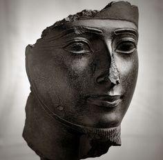 Fragment de statue montrant le visage d'une divinité masculine. Nouvel Empire - Epoque ramesside - 1295 - 1069 avant J.C. Ce visage appartient à un groupe statuaire représentant le grand dieu dynastique Amon-Rê et la déesse Mout. Musée du Louvre (Paris).