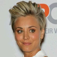 Kaley Cuoco Short Straight Casual Hairstyle - Medium Blonde - Side on View Short Straight Hair, Short Hair Cuts, Straight Hairstyles, Hairstyle Short, Blonde Hairstyles, Layered Hairstyles, Braided Hairstyles, Medium Hair Styles, Curly Hair Styles