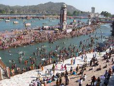 Haridwar de dia es un ir y venir de gente que se divierte y conversa alrededor del Ganges