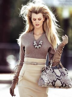 Nude Outfit with Highwaist Skirt, Long Glove and Snakeskin Bag - Street Style Looks Street Style, Looks Style, Style Me, New Fashion Trends, Love Fashion, High Fashion, Street Fashion, Cheap Fashion, Fashion Moda