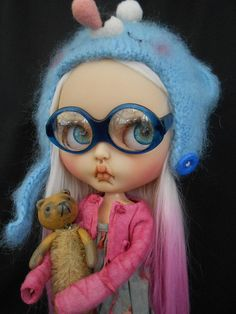 Custom Blythe Doll work includes - Face sand matted and makeup sealed with Msc Flat. Lips, nose and philtrum carved. 4 Pairs of custom eyechips. Gorgeous pink and white reroot. Licca body added. Please note this doll has been customized so no longer factory perfect so please