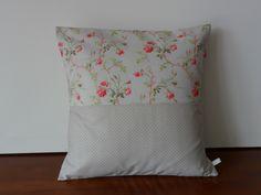 Housse de coussin Roses grimpantes gris perlé et camaïeu de rose et rouge : Textiles et tapis par michka-feemainpassionnement