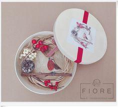 PETTIROSSO ajtódísz, koszorú, kopogtató  Robin door wreath #robin #christmas #wreath #handmade #present Door Wreaths, Robin, Presents, Tableware, Christmas, Handmade, Vintage, Gifts, Xmas