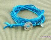 Bracelet multi-rangs soie bleu turquoise bouton et breloque de Lounah