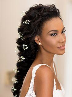 Penteado para noivas de cabelos cacheados - trança com flores naturais (gipsofilas) - ( Beleza: Marcelo Sath | Foto: Larissa Felsen )
