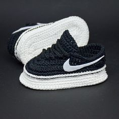 These miniature copy of fashionable sports shoes crochet booties for newborn will be an excellent congratulations pregnancy gift box for mom to be and new parents. AF1 shoes is must have for newborn looks :) Especially if the parents are fans of this brand. If you want the baby to have a copy of Baby Patterns, Crochet Patterns, Crochet Ideas, New Born Must Haves, Pregnancy Congratulations, Baby Sneakers, White Sneakers, Af1 Shoes, Diy Baby Gifts