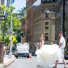卒花嫁「nooog_0318」さまはウェディングの後、ハワイへロケーションフォト撮影へ♩「楽しすぎる!」の言葉どおり、どのショットからも最高にエンジョイされたのが伝わってきます☆フォトジェニックな街並みとビーチでの素敵ショットに加え、リラックスムードのオフショットもぜひご覧ください。