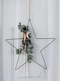 Декоративный венок, который можно прикрепить на дверь, стену, можно положить на стол. Мы все привыкли видеть новогодние венки из ели, лапника и другого новогоднего материала. А у меня для Вас есть свои варианты... Смотрите, вдохновляйтесь и изготавливайте свой неповторимый дизайн.