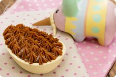 Ovo de Páscoa de Colher – Chocolate branco e doce de leite   Vídeos e Receitas de Sobremesas
