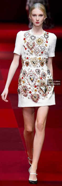 This dress is so beautiful with all these heart shape appliques. Happy Valentine! Dolce & Gabbana Spring 2015 RTW