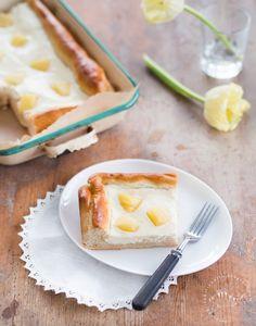 Perinteinen rahkapiirakka leivotaan pullataikinapohjaan. Satsista tulee pellillinen piirakkaa. Mausta mielesi mukaan rusinoilla tai ananaksella.