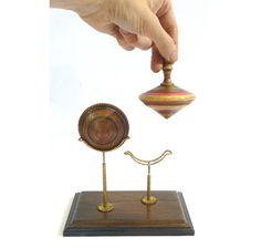 Gyroscope avec support de bois ou de métal. par ARBOLEWoodenToys