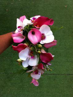 Ramo en cascada de orquídeas y calas