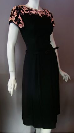 wow. vintage 1940s I would wear this if I worked in an office again. But THAT'S not going to happen, I gave that up for the insecurity and freedom of self employment.
